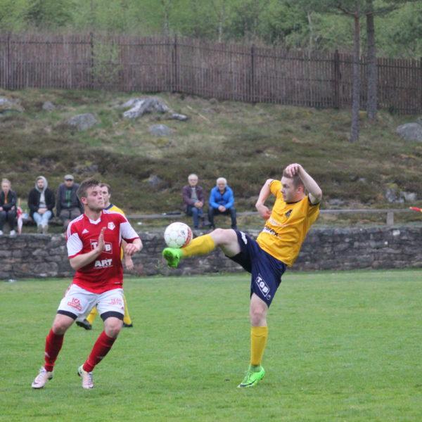 Andreas når bollen